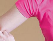 Een pijnlijke en gezwollen arm na krachttraining; verzuren tot aan rhabdomyolyse