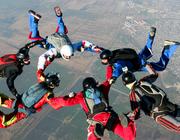 Wat is het verband tussen fysiotherapie en wetenschappelijk onderzoek naar parachutes?